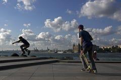Rollerbladers hoppar och skateboradåkaren Arkivfoton