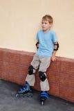rollerblades пусковых площадок колена локтя мальчика Стоковая Фотография RF