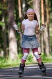 Rollerblades del montar a caballo de la muchacha Imagen de archivo libre de regalías