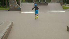 Rollerblading爱好男孩防护器材速度 股票录像