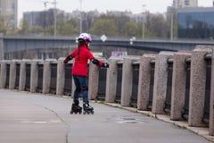 rollerblading的女孩 库存图片