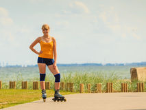 Rollerblading молодой женщины внешний на солнечный день Стоковые Изображения