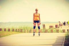 Rollerblading молодой женщины внешний на солнечный день Стоковое Изображение