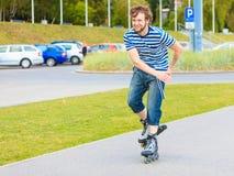 Rollerblading молодого человека внешний на солнечный день Стоковые Изображения