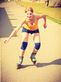 Rollerblading молодой женщины внешний на солнечный день Стоковое фото RF