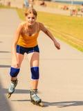 Rollerblading молодой женщины внешний на солнечный день Стоковые Фотографии RF