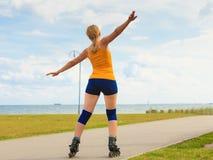 Rollerblading молодой женщины внешний на солнечный день Стоковые Изображения RF
