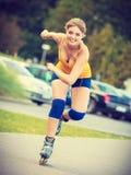 Rollerblading молодой женщины внешний на солнечный день Стоковая Фотография