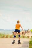 Rollerblading молодой женщины внешний на солнечный день Стоковая Фотография RF