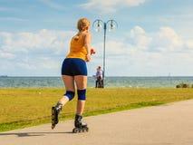 Rollerblading молодой женщины внешний на солнечный день Стоковые Фото
