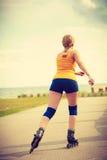 Rollerblading молодой женщины внешний на солнечный день Стоковое Изображение RF