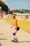 Rollerblading молодой женщины внешний на солнечный день Стоковое Фото