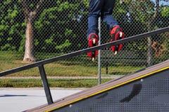 Rollerblading de una rampa Foto de archivo libre de regalías