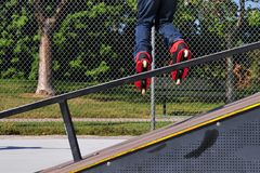 Rollerblading fora de uma rampa Foto de Stock Royalty Free