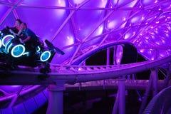 Rollercoaster för Tron Lightcycle maktkörning på Shanghai Disneyland i Shanghai, Kina royaltyfria foton