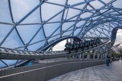 Rollercoasteren för den TRON Lightcycle maktkörningen på Shanghai Disneyland parkerar semesterorten i Kina royaltyfri bild