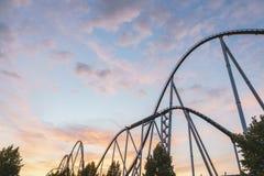 Rollercoasteren i Europa parkerar Arkivfoto