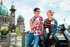 Rollerreittouristen, die Kaffee in Berlin trinken Stockbild