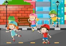 Rollerskate de quatro crianças na estrada Fotografia de Stock Royalty Free