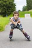 Rollerskater del retrato en equipo de la protección Foto de archivo libre de regalías
