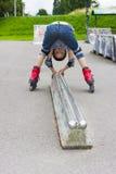 Rollerskater envejecido preescolar divertido en la protección que engaña en P Imagen de archivo libre de regalías