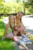 Rollerskaters maman et enfant Photographie stock libre de droits