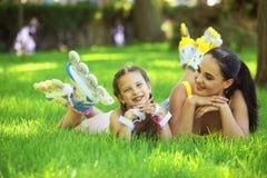 Rollerskaters maman et enfant Photo libre de droits
