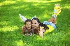 Rollerskaters Mutter und Kind stockbild