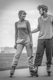 Rollerskates пар женщины и человека внешние Стоковые Изображения