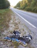 Rollerskates op kant van de weg - vriendschappelijk vervoer stock foto's