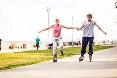Rollerskating actif d'amies de personnes extérieur Photographie stock