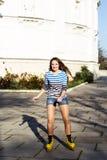 Rollerskating bonito del adolescente en parque Fotos de archivo libres de regalías