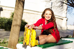 Rollerskating bonito del adolescente en parque Fotos de archivo