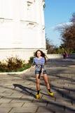 Rollerskating bonito del adolescente en parque Foto de archivo