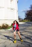Rollerskating bonito del adolescente en parque Fotografía de archivo