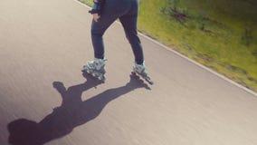 Rollerskating bonito novo da menina em um parque Jovem mulher Rollerblading em Sunny Summer Day In bonito um parque filme