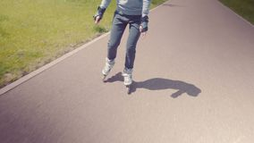Rollerskating bonito novo da menina em um parque Jovem mulher Rollerblading em Sunny Summer Day In bonito um parque video estoque