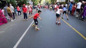 Rollerskating de los niños en el camino, la India, editorial