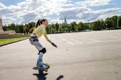 Rollerskating hermoso del adolescente Fotos de archivo