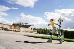 Rollerskating hermoso del adolescente Foto de archivo libre de regalías