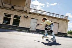 Rollerskating hermoso del adolescente Foto de archivo