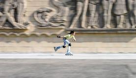 Rollerskating hermoso del adolescente Imagen de archivo