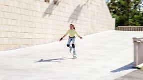 Rollerskating hermoso del adolescente Imagenes de archivo