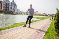 Rollerskating hermoso del adolescente en parque Fotos de archivo libres de regalías