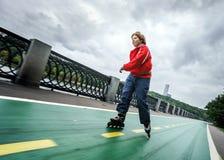 Rollerskating pelirrojo del adolescente Imagen de archivo libre de regalías