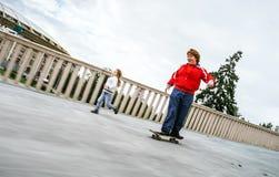 Rollerskating pelirrojo del adolescente Fotos de archivo libres de regalías