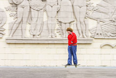 Rollerskating pelirrojo del adolescente Fotos de archivo