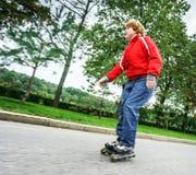 Rollerskating pelirrojo del adolescente Foto de archivo libre de regalías
