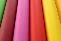 Rolles di carta colorata in giallo ed in arancio verdi, marroni, rosa, rossi Fotografia Stock Libera da Diritti