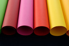 Rolles do papel colorido em amarelo e em alaranjado verdes, marrons, cor-de-rosa, vermelhos Imagens de Stock Royalty Free